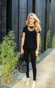 Ležérny čierny outfit so zlatými doplnky - zlaté šperky - dámske